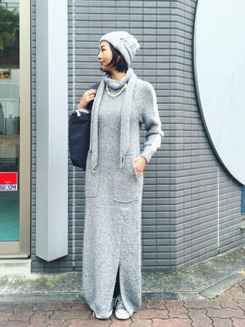 ロング丈のモヘアワンピは、ラフに着こなすのがおすすめ。足もとはスニーカーで外していますが、アクセサリーでポイントをつけ女性らしい着こなしに仕上がっています。