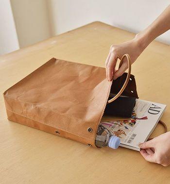 A4サイズが入る容量たっぷりの大きさでありながら、わずか390グラムという軽さも魅力。付属の革ひもを使えばセミショルダーやショルダーバッグとして、シンプルに折り畳めばクラッチバッグとして、用途に合わせていろいろな使い方ができます。