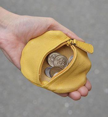 手にすっぽり収まるちょうどいい大きさ。やわらかな革の質感が手になじみ、大きく開くファスナーで機能性も◎です。