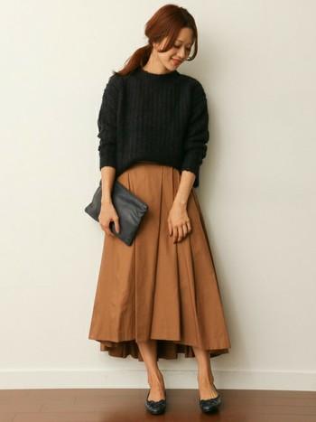 こちらはシックな印象のコーデです。黒のモヘアセーターですが、明るめのブラウンスカートで全体の重さが軽減されています。とても上品にまとまっていますね。