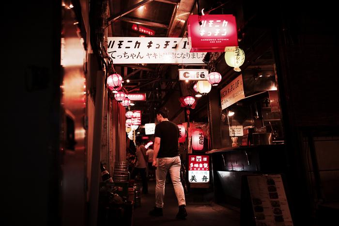 ハーモニカ横丁。通称ハモニカ横丁は、吉祥寺駅出てすぐの細い路地にある商店街です。 その細い路地の中、ひしめくお店の数は100軒近く!飲食店をはじめ、魚屋、漬け物屋、洋服屋などあらゆるジャンルのお店が軒を連ねています。