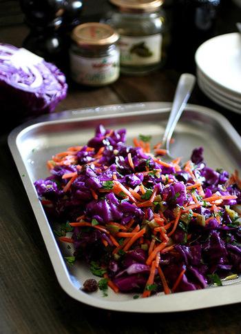 キャベツとにんじんを塩もみしてつくるカラフルなサラダです。野菜がたっぷり取れて女子受けしそうなメニューです。お料理に紫色の食材(紫玉ねぎや紫系の食用のお花など)を取り入れるとカラフルでカフェのメニューのようになるので、覚えておくといいですね♪