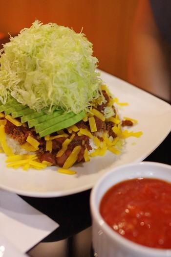 人気のアボガドチーズタコライス☆きれいに積まれた野菜とごはんをしっかり混ぜて食べるのがおすすめです!