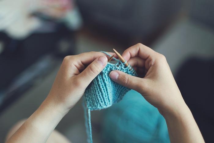 編み棒を2本以上使って作る『棒針編み』よりも必要な道具が少なく、思い立ったらすぐに始められるのが魅力。また、『棒針編み』でも「かぎ針」が必要になることあるので、まずは『かぎ編み』から入るのがオススメです。