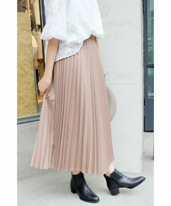 一口にプリーツスカートと言っても、プリーツの幅や素材、長さは様々。いろんなプリーツスカートのコーディネートを集めましたので、この秋に履きたいプリーツスカートを探してみてくださいね。