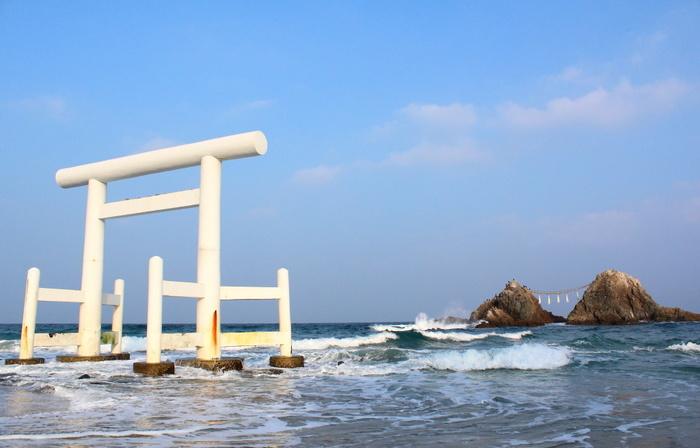 福岡県指定の名勝「桜井二見ヶ浦」。県指定の文化財、桜井神社の社地として神聖な場所とされています。朝日の伊勢二見ケ浦に対し、夕日の桜井二見ケ浦と言われ、美しいサンセットが見られるスポットとして人気です。