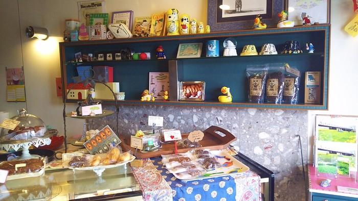 可愛らしいディスプレイは、外国のお菓子屋さんを思わせます。マフィンやサブレ、クッキーなどの焼き菓子がおすすめだそう!京都散策の合間に、ベンチに座ってパクッと食べられる。そんな焼き菓子達が揃います。