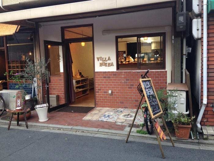 京都・元田中に店舗を構えるビジャ ブエナ。スペインの村にあるお店をイメージした素敵な外観や内観が魅力的。焼き菓子をメインに販売するパティスリーです。オーナーであるパティシエは滋賀の有名店「ドゥブルベ・ボレロ」さんで修業されていた方なんだそう。