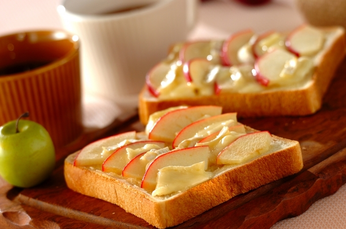 リンゴとカマンベールチーズを切ってのせただけの簡単レシピ。 メープルシロップをかけてもおいしそうですね。