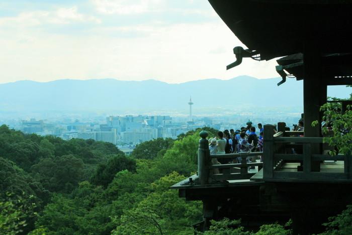 京都の観光地といえば、真っ先に浮かぶのが清水寺ではないでしょうか。一年中多くの参拝客で賑わっていますが、実は朝6時から参拝することができるんです。早朝の清水寺は人が少なく、空気も澄んでいておすすめです!