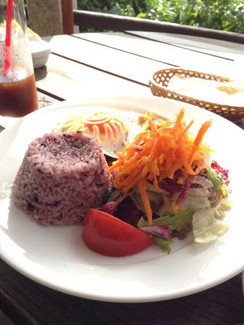 こちらは「Beach Cafe SUNSET」の姉妹店。糸島の食材をふんだんに使ったメニューと、ベーカリーも併設しています。休日はとっても混み合いますが、海を見ながらのお食事は最高!
