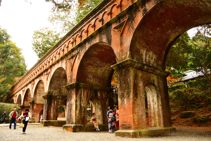 南禅寺の三門、庭園、南禅院は有料拝観となっており、8:40から。敷地内の散策は無料でもっと早い時間帯でも可能です。ドラマの撮影スポットとしても有名な水路閣は、常に観光客で賑わっているので、早朝に行ってじっくり見るのがおすすめです。