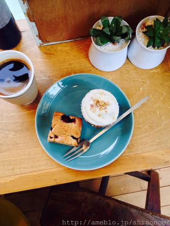 2014年3月にリニューアルオープンしたお店ではイートインスペースが。スコーンやケーキでほっこりお茶しましょう♡
