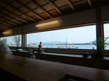 カウンターからは青い空と海を眺めながら食事ができる、お鮨と和食のお店。