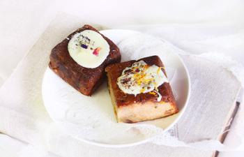 カルアシナモン入りリキュールホワイトチョコがけケーキ(右)と、カシスと5種スパイスのホワイトチョコレートがけケーキ(左)