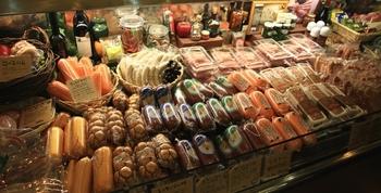 地元糸島や九州産の豚肉を使用したハムやソーセージを販売。敷地内には北欧雑貨のお店や、炭火焼のソーセージが楽しめるバーベキューハウスもあります。