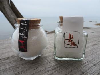 「工房とったん」では、玄界灘の海水を汲み上げて「またいちの塩」が作られています。丁寧に作られたお塩は、シンプルに塩むすびに使うと絶品!