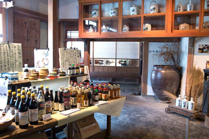 昭和初期の古建築「旧福寿醤油」を改修・復元した「伊都安蔵里」。先ほどご紹介した「安蔵里かふぇ」や野菜の直売所が入っています。自然農法、無農薬、有機野菜などこだわりの野菜の他に、自社農園で採れた生姜の佃煮など加工品も販売されています。
