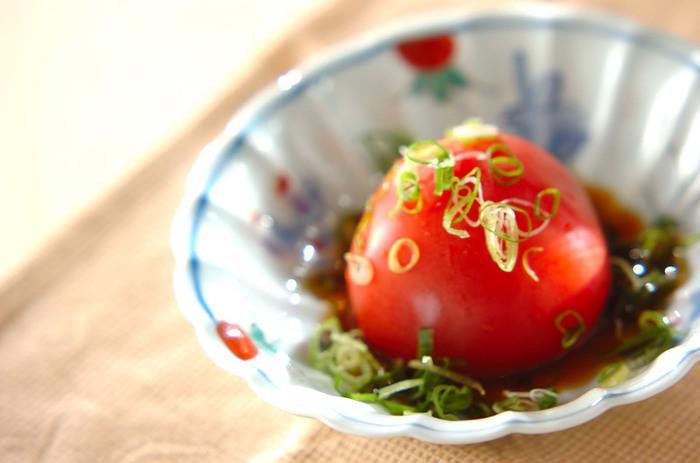 トマトの中にさっぱりとした味付けの大根おろしをたっぷり詰めて。おもてなしにも喜ばれそうです。