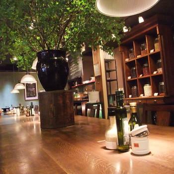 センター街を抜けた先の宇田川町に大人のためのカフェとでもいうべきお店があります。ひとりで静かに過ごしたいときに特におすすめのお店です。テーブルが広いので、集中して作業したいときにもいいですね。