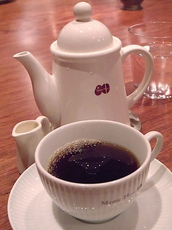 カフェマメヒコの定番ドリンクは、深煎り珈琲です。北海道から取り寄せているこだわりの豆は焙煎して一週間で使い切るという徹底ぶり。本当に美味しいコーヒーを飲みながら、プライベートな時間を過ごせます。