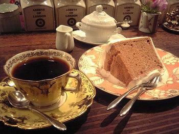 コーヒーのお供のスイーツでは、シフォンケーキが人気です。ふわふわの生地にしっとりとした甘さ控えめの生クリームがたっぷり。ケーキ屋さんでいただくレベルのシフォンケーキにうっとりしてしまいますよ。コーヒーメニューが充実していますが、紅茶のラインナップも基本を押さえているので、紅茶好きさんにもおすすめです。