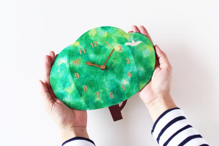 子供部屋に飾って欲しい、そして成長を優しく見守り続けてくれる時計の贈り物はいかがでしょうか。こちらは長野県松本を拠点に活動されている紙箱作家・梅川茜さんの作品です。柔らかなタッチの木の中に1羽の白い鳥。この優しい雰囲気が子供部屋にぴったりです。