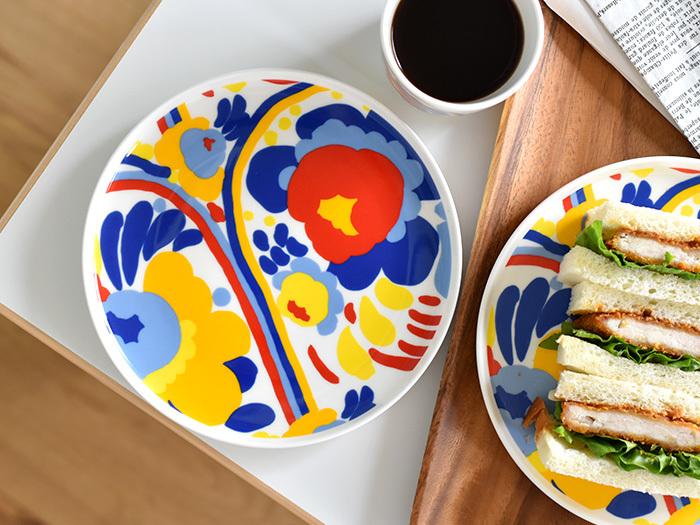 マリメッコはフィンランドのアパレル企業で、鮮やかで大胆な色使いのデザインはテーブルウェアのラインでも人気が高くなっています。白地にカラフルなお花の模様が描かれたこちらのプレートは、白や茶色の食べ物をのせても華やかに見えるので、来客のときにも使いやすいプレートです。