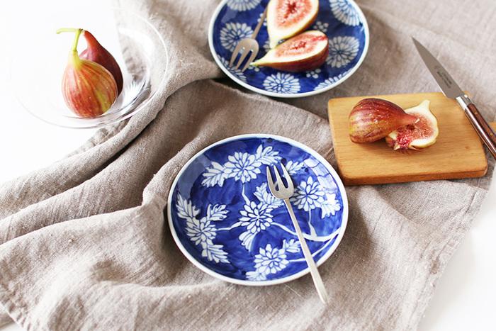 染付菊という名前の愛らしい小皿。上品な菊の模様は、大人の女性の可愛らしさを表現してくれます。デザイン性の高いフォークがよく似合っています。