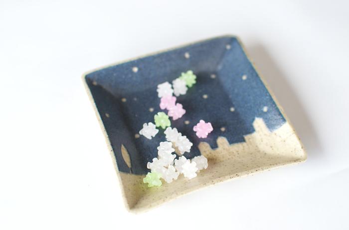 苔色工房では、陶芸作家の田中遼馬さんが「ほんの少しだけ変わっているもの、シンプルで使いやすいもの、日常の生活でちょっぴりにっこりできるもの」というコンセプトのもと、可愛らしい器を制作されています。