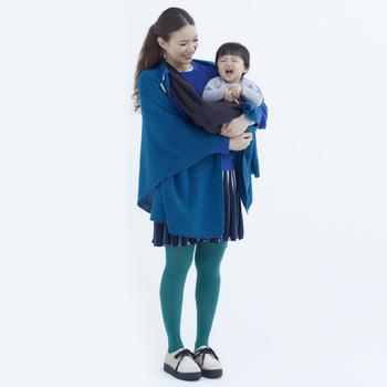 ウールまたはアルパカの素材でできた、羽織タイプのポンチョ。全身をしっかり包むことができる大判サイズで、赤ちゃんを抱っこしていても一緒に包まれるその温もりと安心感は幸せを感じさせてくれるはず。カラーバリエーションも豊富なので選ぶのも楽しいですよ。