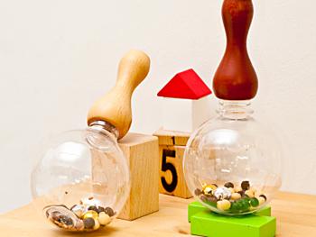 赤ちゃんのおもちゃの定番「ガラガラ」。透明のドームはペットボトル製。お手持ちのペットボトルに付け替えてガラガラに大変身させることもできちゃいます!付属の金と銀の鈴は子供の長寿を祈願。国産無農薬栽培の大豆、黒豆、花豆などは成長祈願の想いを込めて入れられています。もちろん自分の好きなものを入れても楽しめますよ。