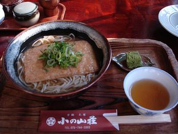 メニューは、ざる蕎麦や天ぷらそばといった蕎麦類の他、味噌煮込みうどんやおばんざいもあり、充実。観光地の旅館にあっても、価格はリーズナブルでお値打ちです。
