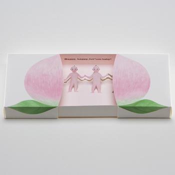 桃から生まれた桃太郎・・・?ユーモア溢れるギフトボックスです。赤ちゃんの誕生をお祝いする気持ちをこんなギフトボックスに込めてみるのもいいですね。