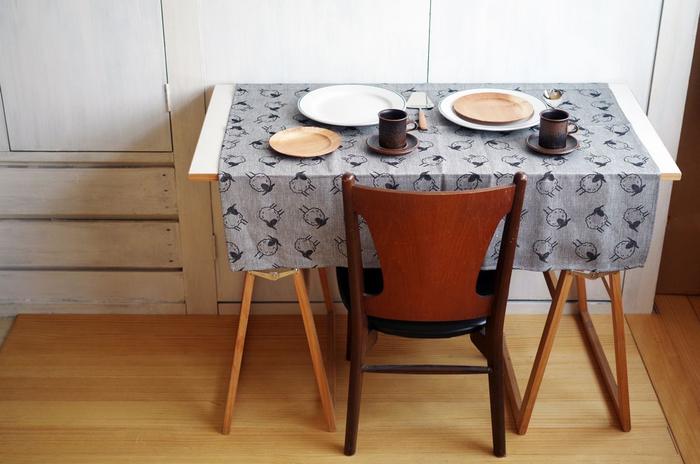 こちらのアイテムはテーブルクロスなのですが、サイズは約100cmの正方形で風呂敷としてもちょうど良い大きさ。落ち着いたグレーはイどんなンテリアにも馴染みますね。