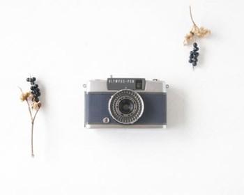 Rie-Cameのカメラは主に、60年代~70年代にかけて日本でたくさん製造されていたオリンパスのハーフサイズカメラです。シャッターを押すだけで撮れるので、フィルムカメラ初心者でも大丈夫。