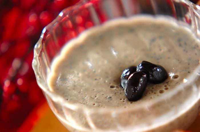 こちらはプリン。たっぷりの黒豆と豆乳をゼラチンで固めたシンプルな和風プリンです。甘すぎず、お口直しにぴったり。