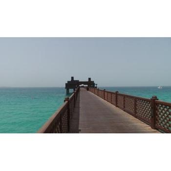 マディナ・ジュメイラのビーチの桟橋の先には、アラビア海に浮かぶ水上コテージスタイルのシーフードレストランが。波の音を聴きながらロマンチック&美味しいひと時を過ごせそうですね。