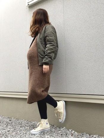 ニットワンピは、お腹を冷やしたくない冬の妊婦さんに最適のアイテム。トレンドのMA-1を合わせて、甘辛ミックスコーディネートを楽しんで。