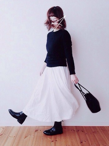 白のスカートで清楚に、でも他の部分は黒で引き締めて。白の良さが引き立つ、洗礼されたコーディネートですね。