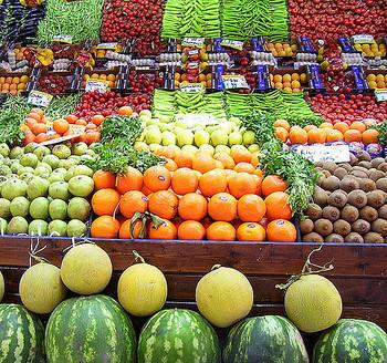 それぞれの種類によって含まれている量や栄養素は違いますが、美容や健康に欠かせないビタミンやミネラルが豊富に含まれている野菜や果物。