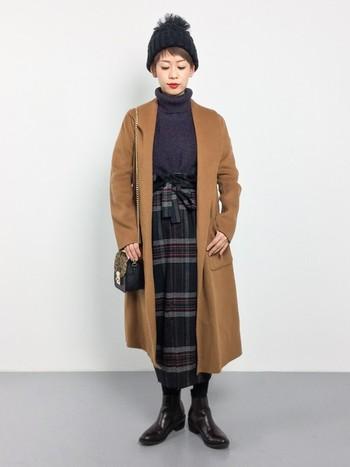 大きなぽんぽんの付いたニット帽は子供っぽい雰囲気になりがちなので、意外とコーデが難しいもの。でも、あえてシックな洋服と組み合わせると、こんなに上品にまとまります。ハイウエストのスカートはバランスがきれいですね♪