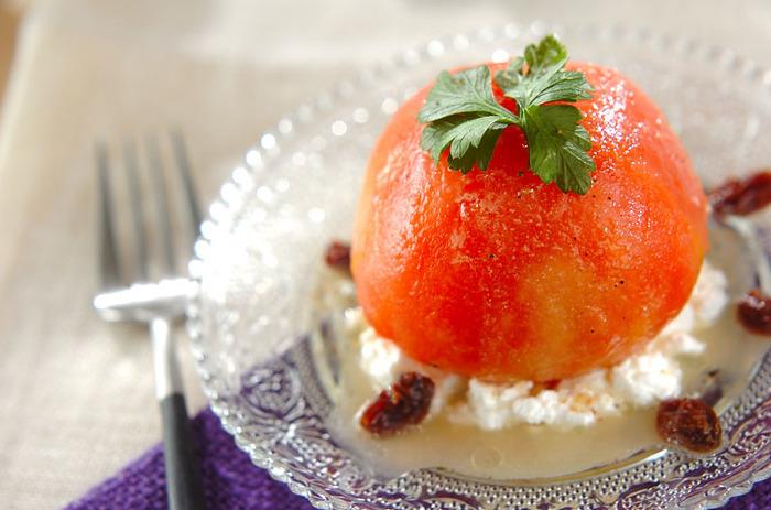 湯むきしたトマトをくり抜いて中に、ドレッシングで和えた玉ねぎなどを詰め、カッテージチーズやレーズンを敷いた上に乗せた見た目も華やかでインパクトのあるサラダ。ホームパーティーに使えそうな華やかレシピです。
