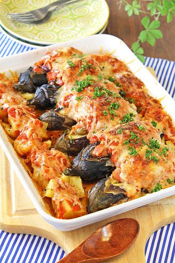 大勢集まるときに役に立ちそうな、丸ごと茄子とベーコンのトマトチーズ焼きは、見た目も豪華で美味しそうなうえに、とりわけしやすいこともポイントです。