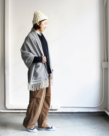 手編み風の白いニット帽は、温もりのある優しい雰囲気が魅力です。たっぷりしたブランケットとコーディネートすることで、さらにほっこりしますね。