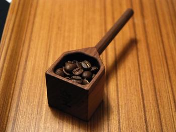 素材にはコーヒー豆から出る油と相性の良い、ウォールナットが使われています。天然のものなので、風合の変化も楽しめるため、長く愛用していただけますよ。