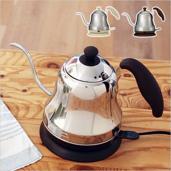 コーヒーを淹れたい時、細口のケトルがあると、とても便利ですよね。そんな時におすすめなのが、電気で沸く細口のケトル。スピードを調節しながらお湯が出せるので、ハンドドリップにぴったりです。