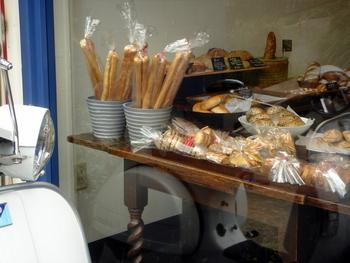 パンの種類はサンドイッチ、バーガー系からお惣菜パン、菓子パンなどさまざま。