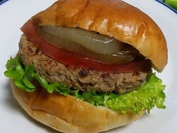 お店の名前がついた「パンヤコットバーガー」 しっかりとしたバンズに、ハンバーグとトマト、炒めたタマネギがサンドされたオリジナルバーガー。お肉・野菜のうまみをしっかりと引き出した絶品ハンバーガーです。