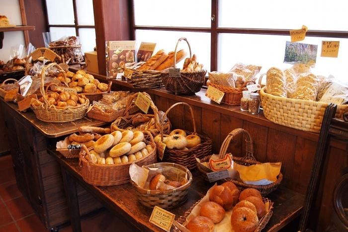 女性でも食べやすい、小さめのサイズがうれしい展開。  ひとつの値段も100円代と手頃な上に、天然素材で作られた素朴なパンやハードな生地のパンも多く、パン好きさんの間でも口コミで有名なんだとか。
